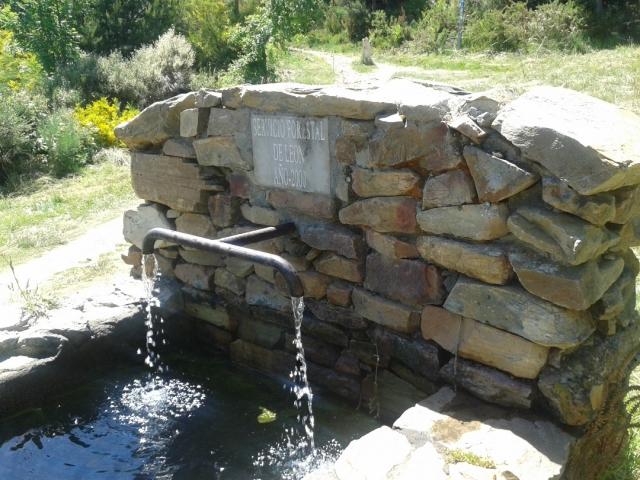 El oasis del peregrino: fuente de agua en la subida a Foncebadón [19.06.2016]